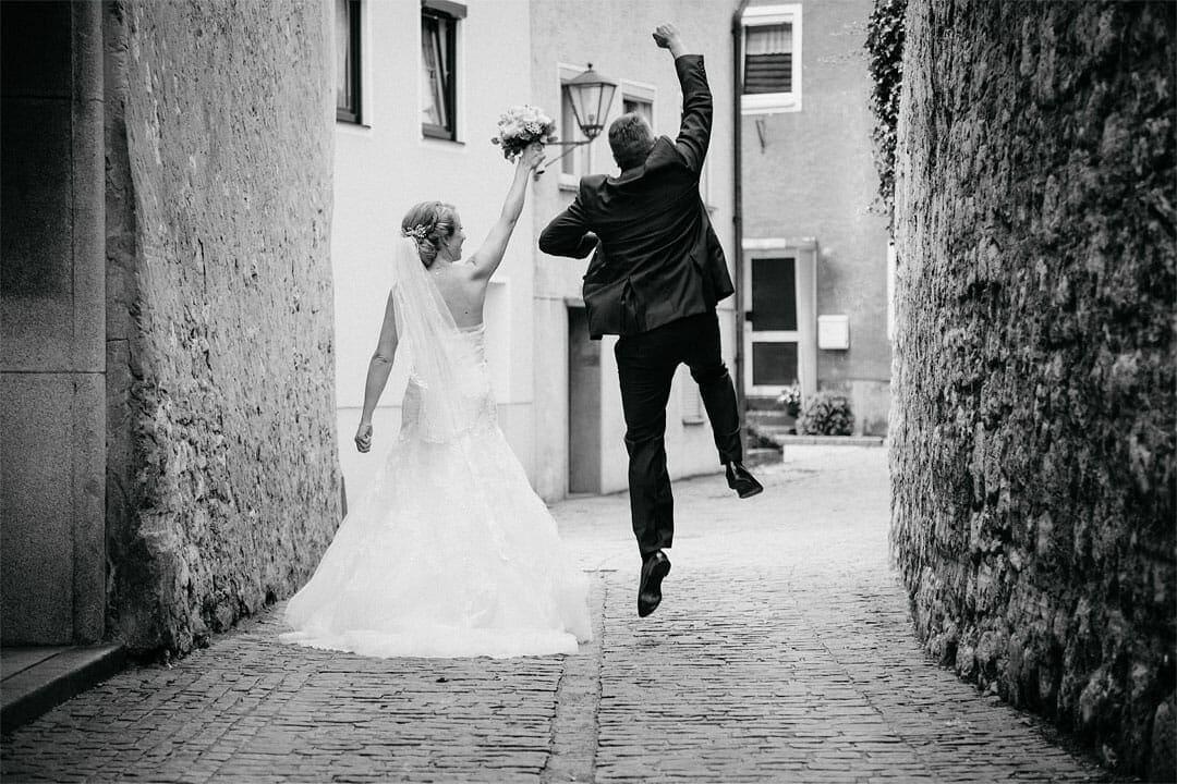 Braut, Bräutigam freut sich, Hochzeitsfotograf, Hochzeitsfotogtrafie, Regensburg, Neunburg, Weiden, Schwandorf, Oberpfalz, München, Bayern