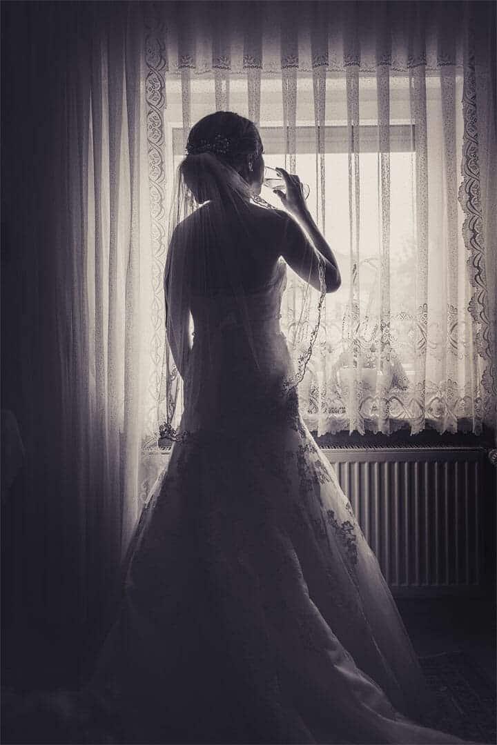 Braut mit Sektglas wartet auf den Bräutigam, Hochzeitsfotograf, Hochzeitsfotogtrafie, Regensburg, Neunburg, Weiden, Schwandorf, Oberpfalz, München, Bayern
