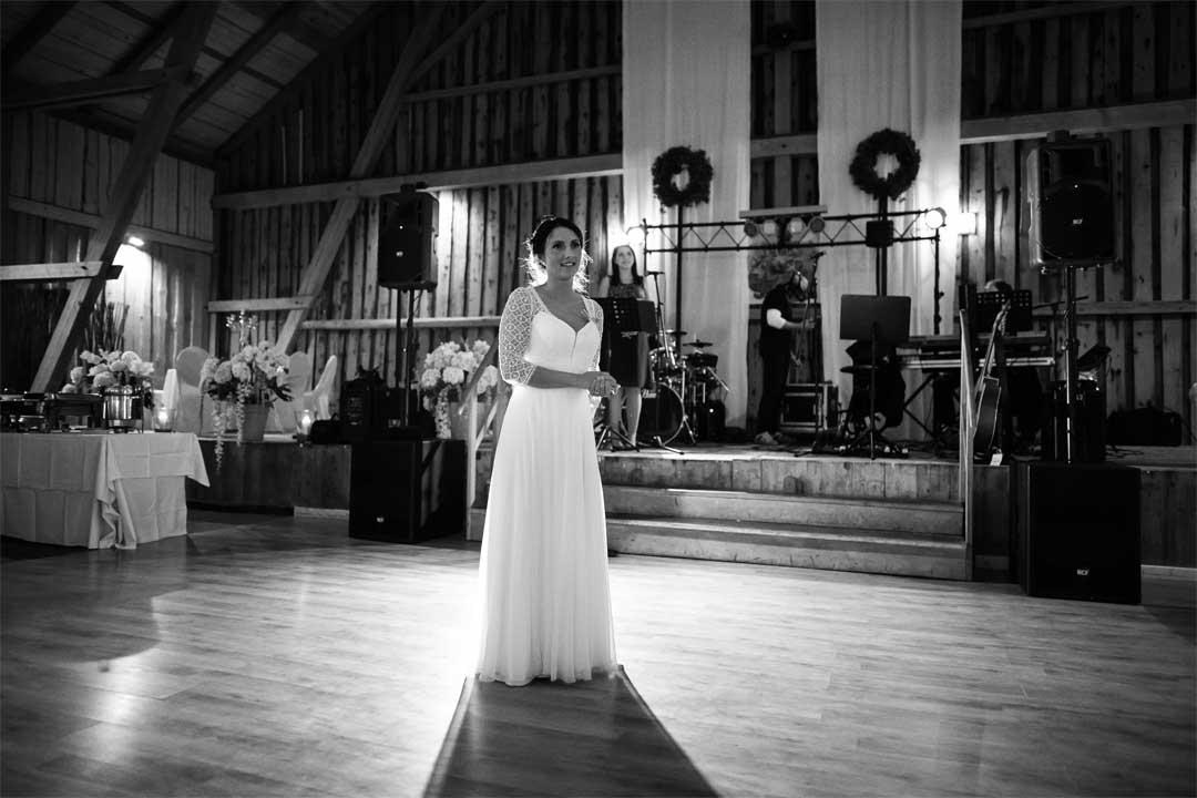 Braut wartet auf den Eröffnungstanz, Hochzeitsfotograf, Hochzeitsfotografie, Regensburg, Neunburg, Weiden, Schwandorf, Oberpfalz, München, Bayern